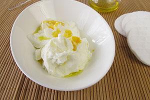 Reichhaltige Gesichtsmaske mit Quark, Joghurt, Olivenl, Eigelb